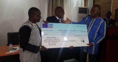 Remise de chèque de trois millions de l'UVPD2C au ministre Kaboré