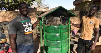 Dramane Sanogo dans son atelier de production des poubelles écologiques