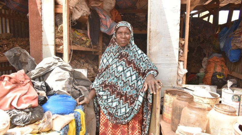Mme Mamounata Ouédraogo, dans son local de vente de produits de la pharmacopée traditionnelle