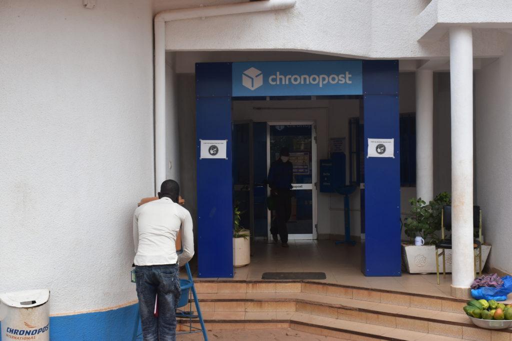 Dispositif de lave-mains à l'entrée du siège de Chronopost Burkina