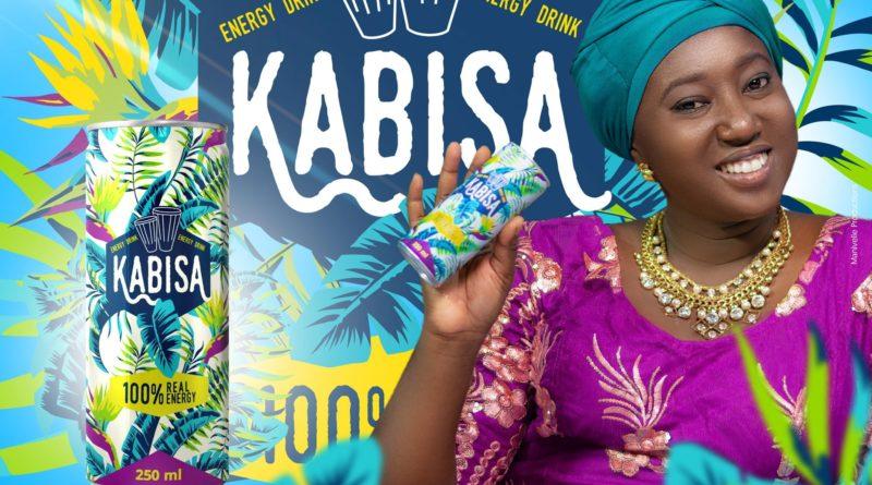 Malika la Slameuse posant avec une canette de Kabisa