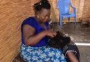 Tresses africaines: Faire de l'argent avec un peigne et un tabouret
