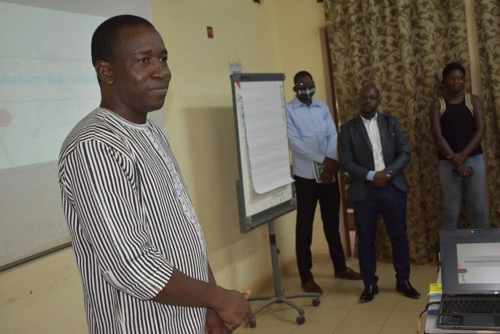 Formateur Yé Kibagnihi, en premier plan
