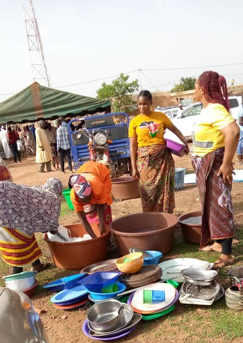 Une équipe de Soeurs Bougma promotrices de Vaisselle Clean Services en train de laver des plats