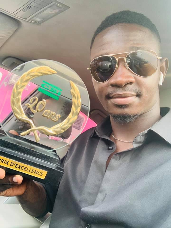 Prix dexcellence reçu par Ben Aziz Konaté