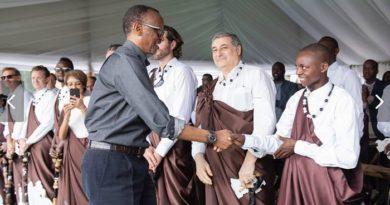 Emmanuel Niringiyimana, salué par le président Paul Kagamé