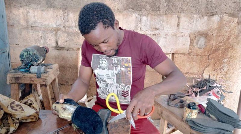 Hamado Nana en train de fabriquer une chaussure Hana