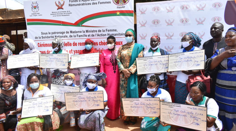 Photo de famille de bénéficiaires et des autorités