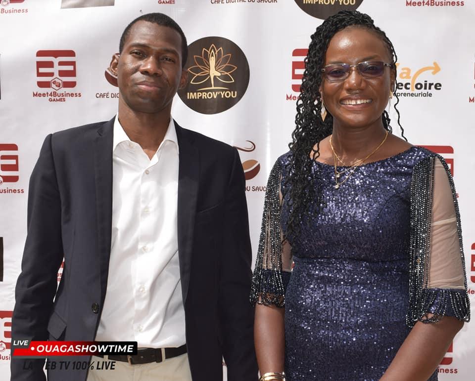 Eldaa Koama posant avec monsieur Christian Koné de la Maison de l'Entreprise