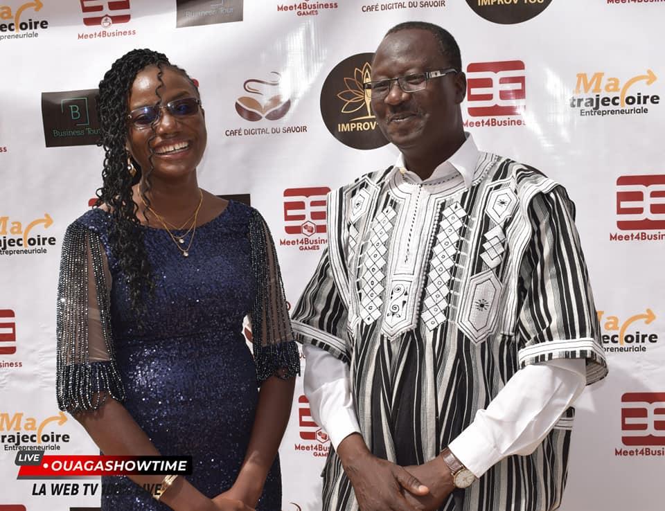 Eldaa Koama posant avec monsieur le représentant de monsieur le ministre du Commerce et de l'Industrie