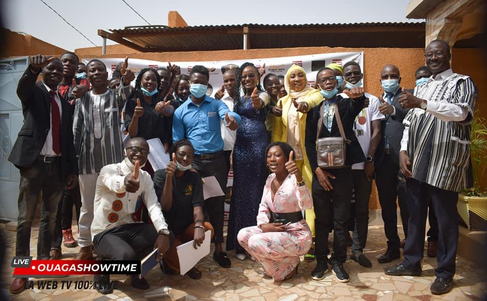 Photo de famille avec quelques participants à la cérémonie de lancement